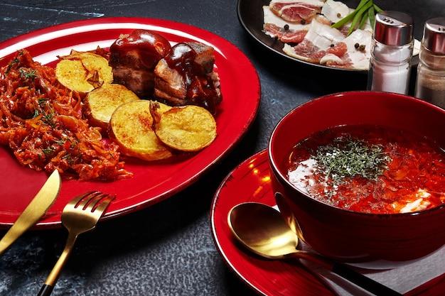 Déjeuner de pommes de terre au bortsch rouge ragoût de chou bacon frit et poitrine de porc salé