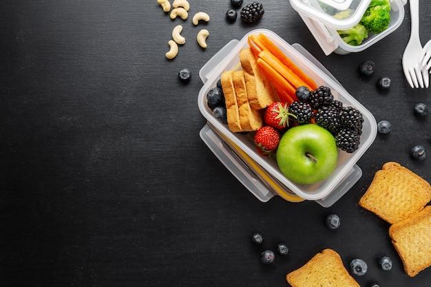 Déjeuner santé à emporter dans une boîte à lunch