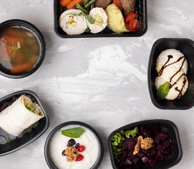 Déjeuner savoureux dans des contenants en plastique blanc, gros plan