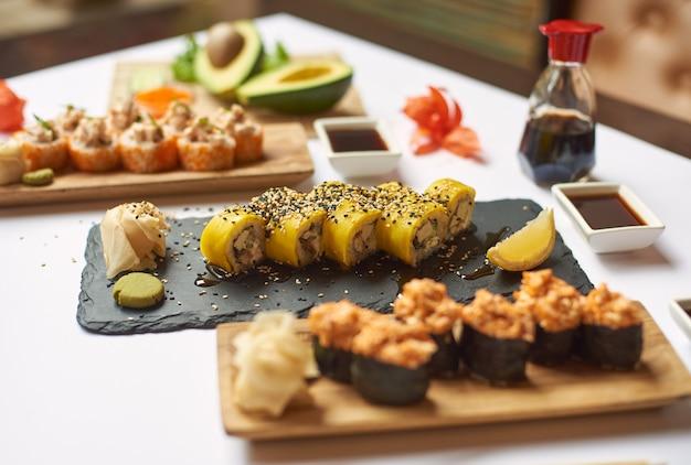 Déjeuner savoureux et délicieux à partir de trois plats au restaurant.