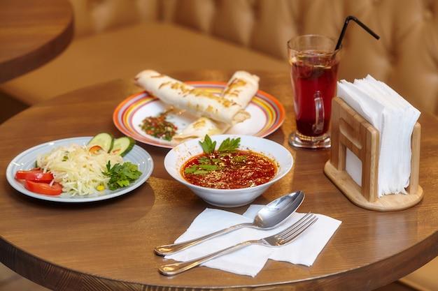 Déjeuner Avec Shaurma, Soupe Et Salade Rouges, Plats Servis Photo Premium