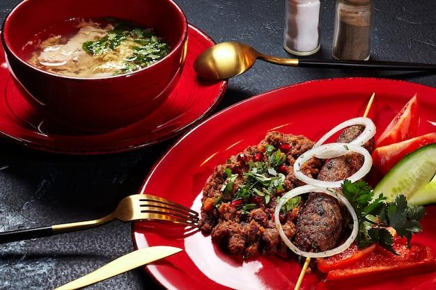 Déjeuner avec soupe au poulet lobio lyulya kebab et légumes