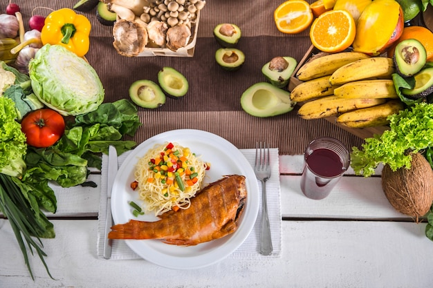 Déjeuner à table avec des aliments biologiques sains. vue de dessus
