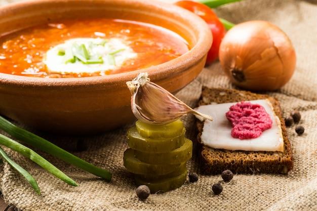Déjeuner ukrainien: soupe, concombres marinés, ail