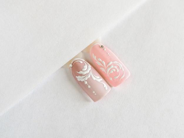 Délicate manucure d'été rose avec des monogrammes
