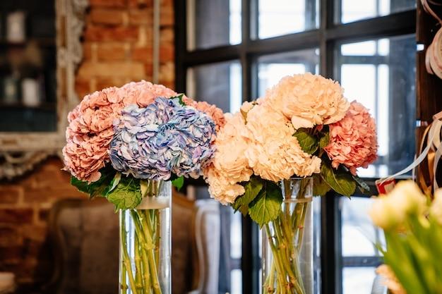 Délicates belles fleurs d'un bouquet dans un vase. décoration de l'intérieur.