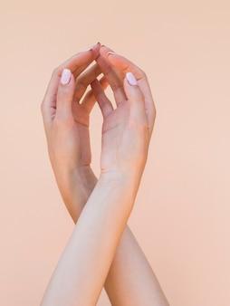 Délicates mains de femme faisant une forme