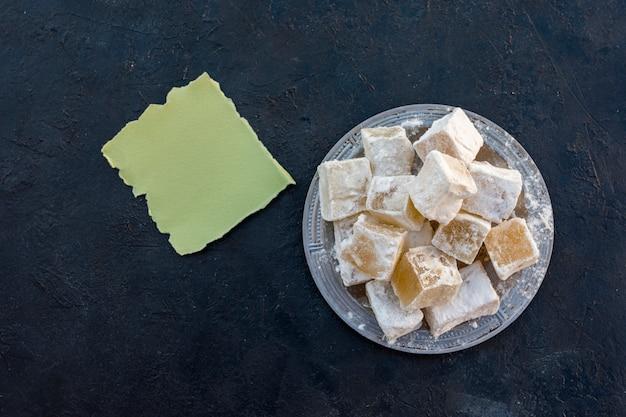 Délice turc sur une assiette avec un petit papier