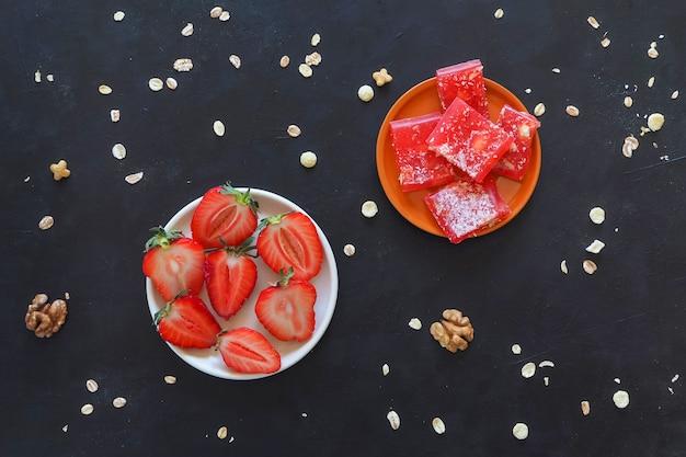 Délice turc de fraises sur un tableau noir.