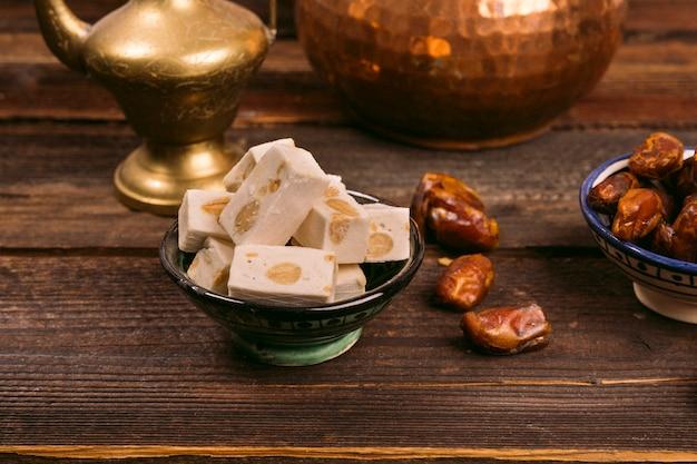 Délice turc avec des fruits de dates sur la table