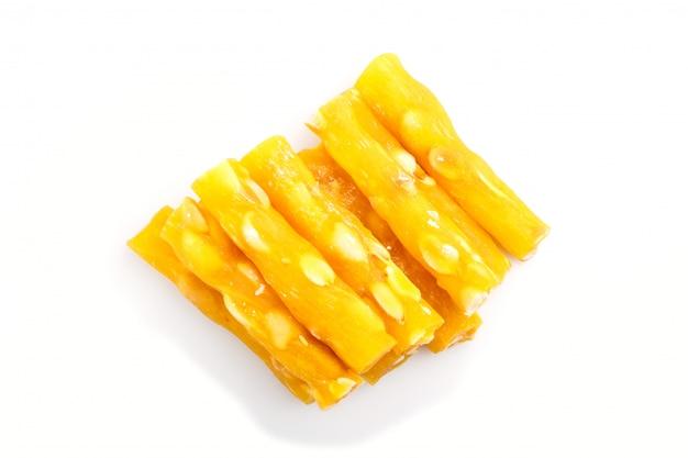 Délice turc traditionnel jaune (rahat lokum) avec des arachides isolé sur fond blanc