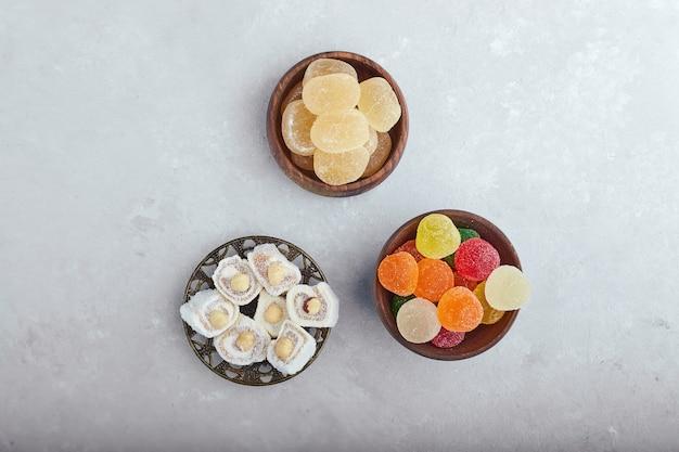 Délices de marmelade colorée dans des bols en bois, vue de dessus.