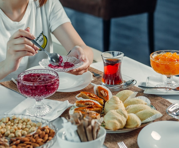 Délices et thé noir sur la table