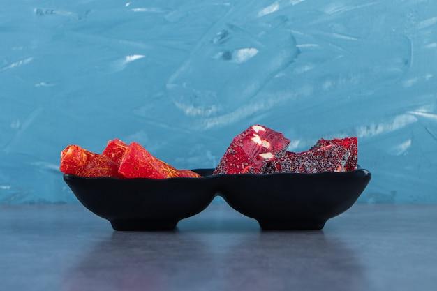 Délices turcs dans un bol, sur la surface en marbre