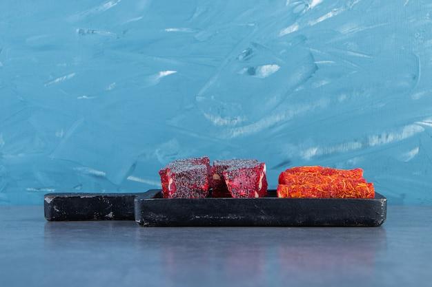Délices turcs sur une planche sur la surface en marbre