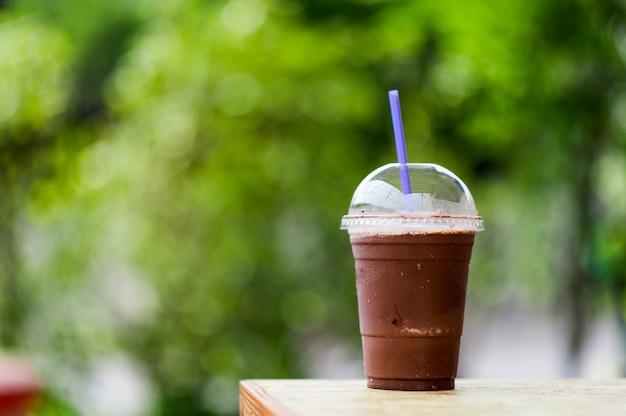 Délicieuse boisson fraîche au cacao à l'extérieur