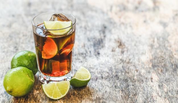 Délicieuse boisson fraîche sur la table