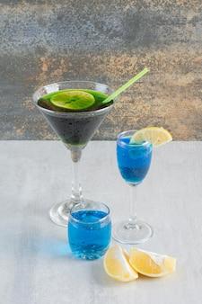 Délicieuse boisson avec de la paille et du citron sur une surface en marbre