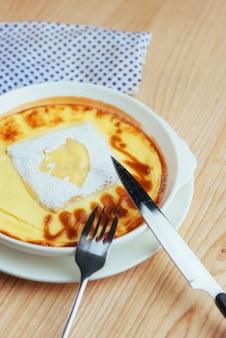 Délicieuse casserole de fromage dans un pot en céramique.