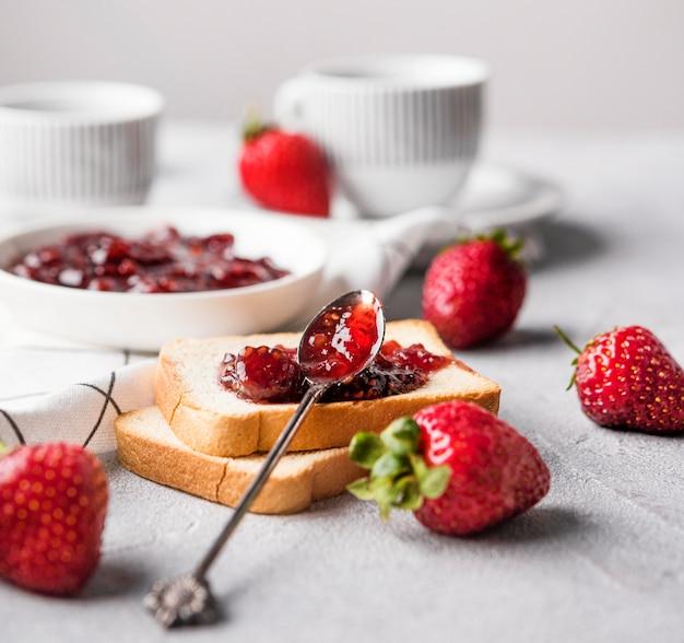 Délicieuse confiture de fraises sur pain