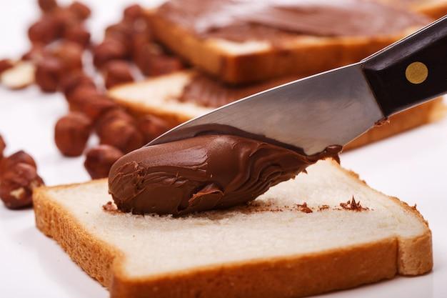 Délicieuse crème au chocolat sur un toast