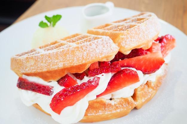 Délicieuse crème fouettée aux gaufres à la fraise et glace à la vanille.