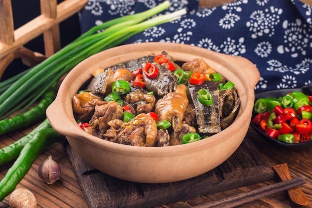 Délicieuse cuisine chinoise, tortue à carapace molle mijotée avec un pot de poulet