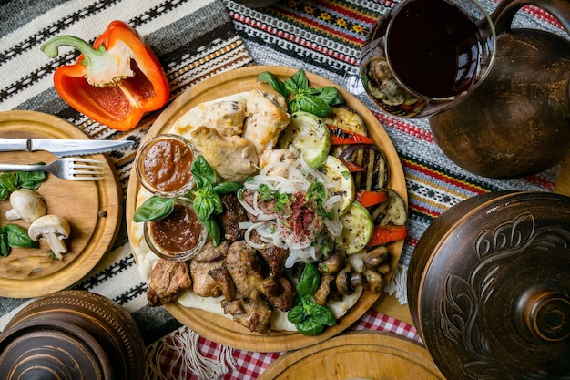 Délicieuse cuisine européenne et slave sur la grande table qui attend les invités. table avec nourriture et vue de dessus