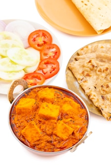Délicieuse cuisine indienne épicée paneer toofani, servie avec roti tandoori