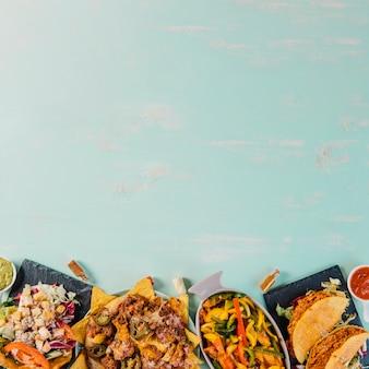 Délicieuse cuisine mexicaine sur fond bleu