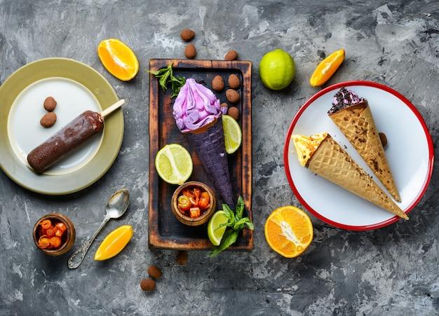 Délicieuse glace aux fruits sur la table