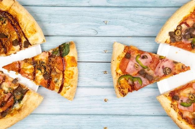 Délicieuse grande pizza au bacon et aux épinards