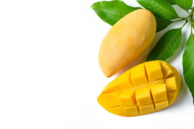 Délicieuse mangue jaune mûre avec feuille verte