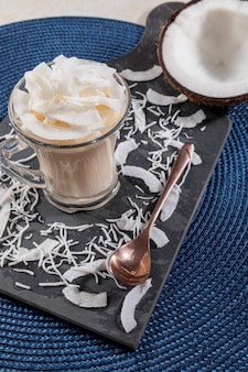 Délicieuse mousse de noix de coco dans une tasse en verre.