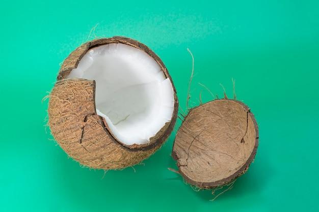 Délicieuse noix de coco isolée sur fond vert mise en page plate vue de dessus photo de haute qualité