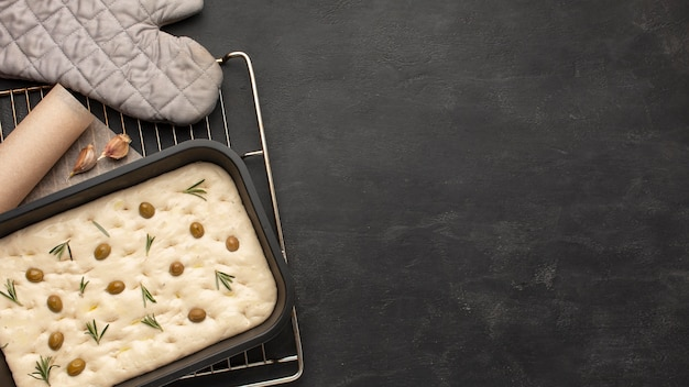 Délicieuse pâte de foccacia avec espace copie