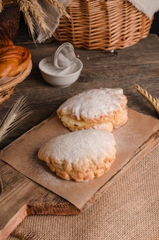 Délicieuse pâtisserie culinaire fraîche - sablés sucrés farcis au sucre en poudre sur fond de bois