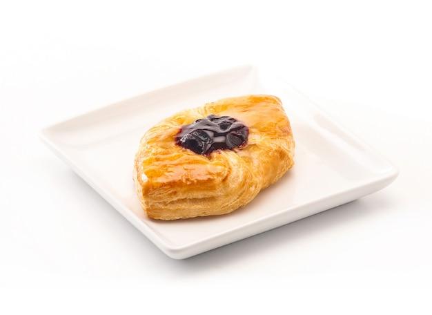 Délicieuse pâtisserie danoise sur fond blanc