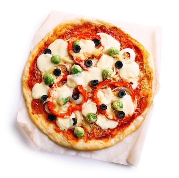 Délicieuse pizza au fromage et légumes isolés sur blanc