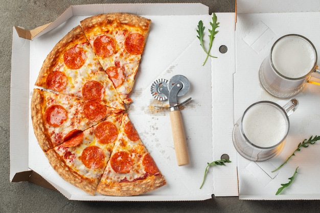 Délicieuse pizza au pepperoni chaud dans une boîte.
