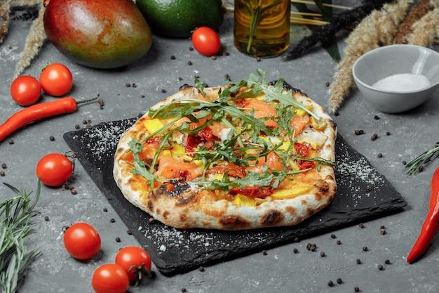 Délicieuse pizza au saumon et légumes. pizza italienne