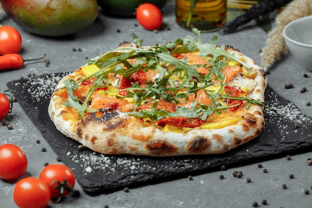 Délicieuse pizza au saumon et légumes pizza italienne