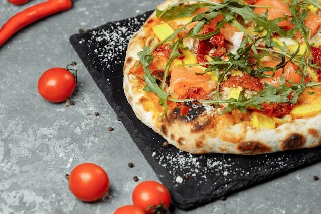 Délicieuse Pizza Au Saumon Et Légumes Pizza Italienne Photo Premium