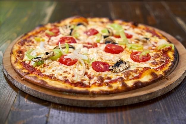 Délicieuse pizza aux légumes sur la table