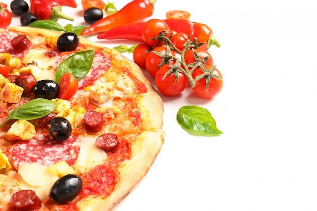 Délicieuse pizza et ingrédients isolés sur fond blanc