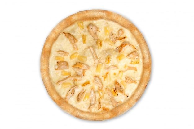 Délicieuse pizza italienne à l'ananas et filet de poulet isolé sur fond blanc, vue de dessus
