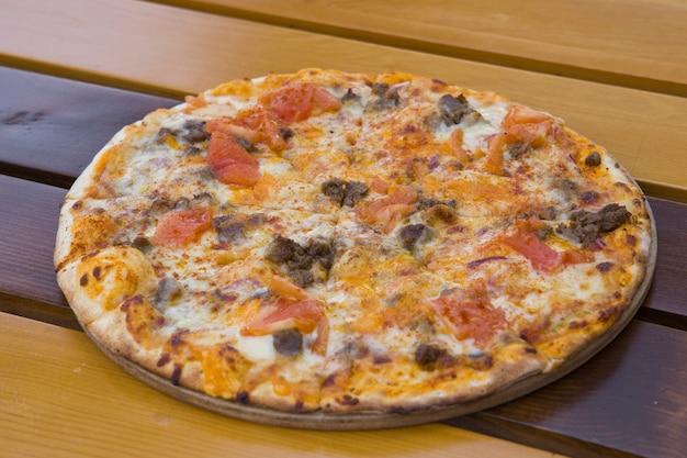 Une délicieuse pizza italienne chaude