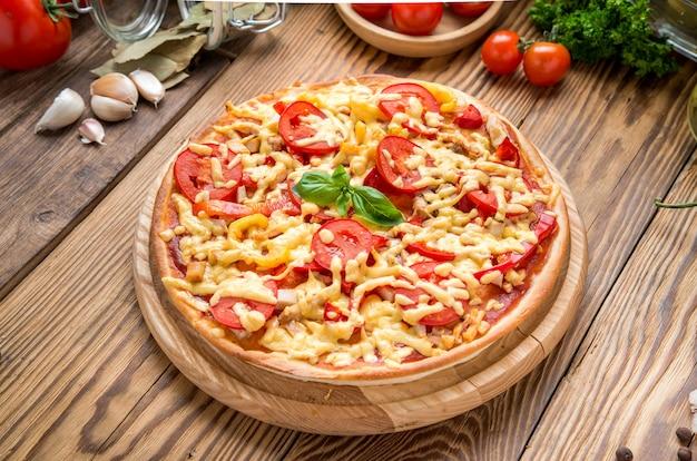 Délicieuse pizza italienne dans un restaurant sur le bureau en bois