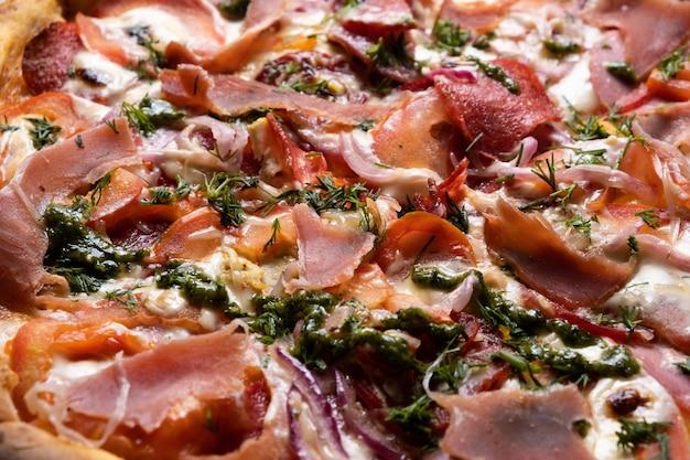 Délicieuse pizza juteuse en gros plan. vue d'en-haut.