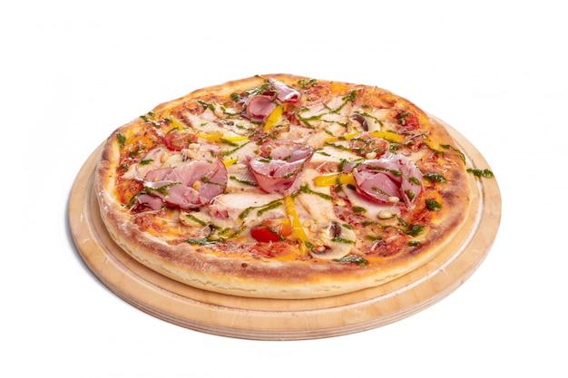 Délicieuse pizza servie sur une plaque en bois isolé sur blanc